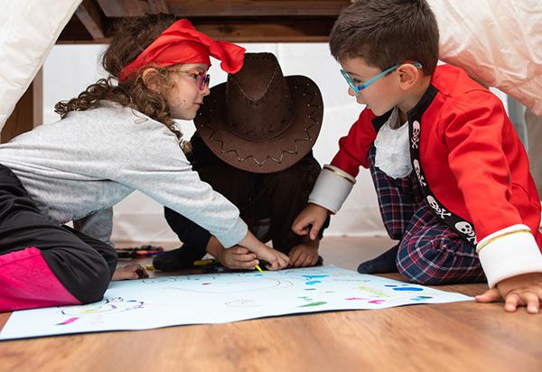 Niños jugando a juego busqueda del tesoro para imprimir