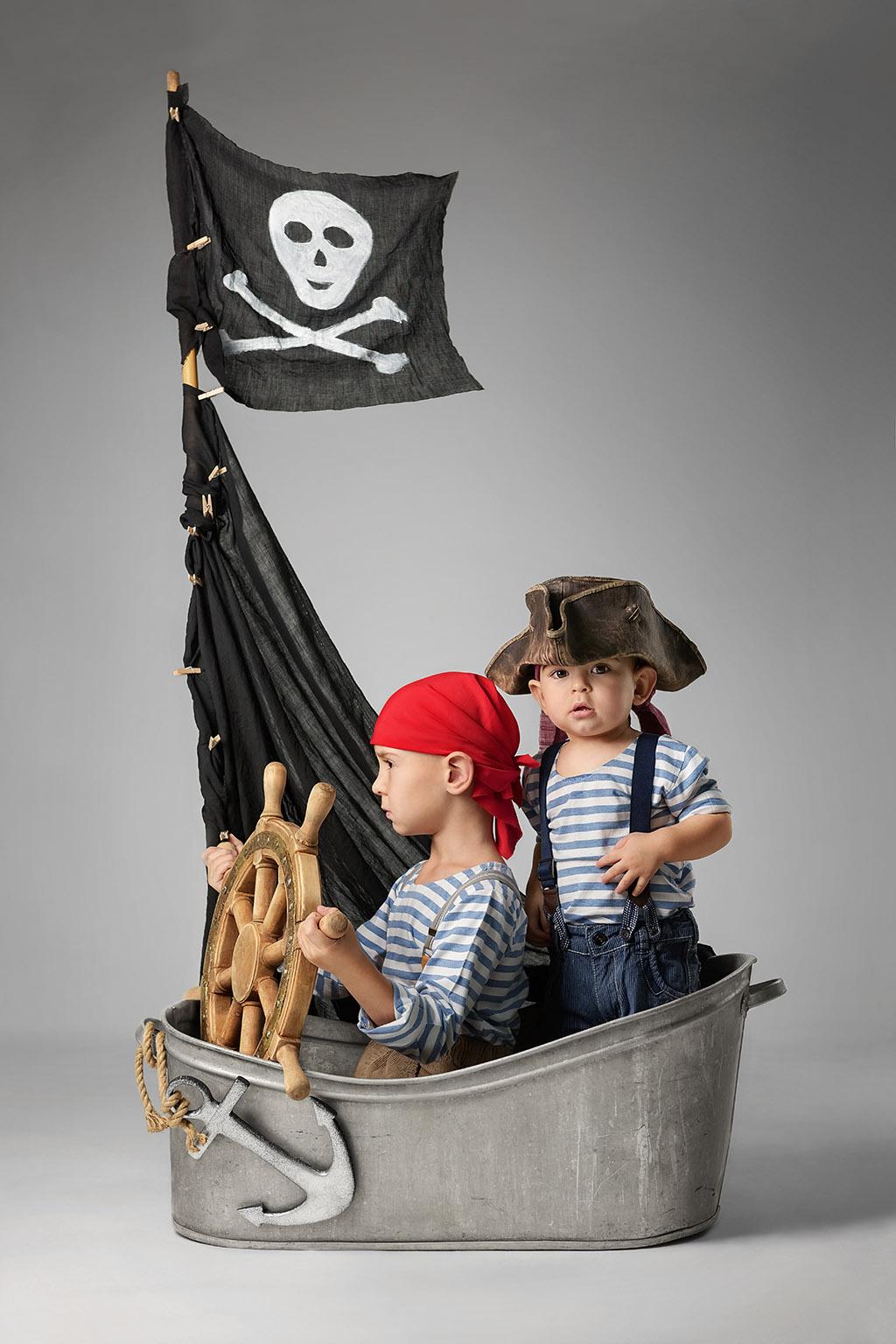 Niños en un barco pirata jugando